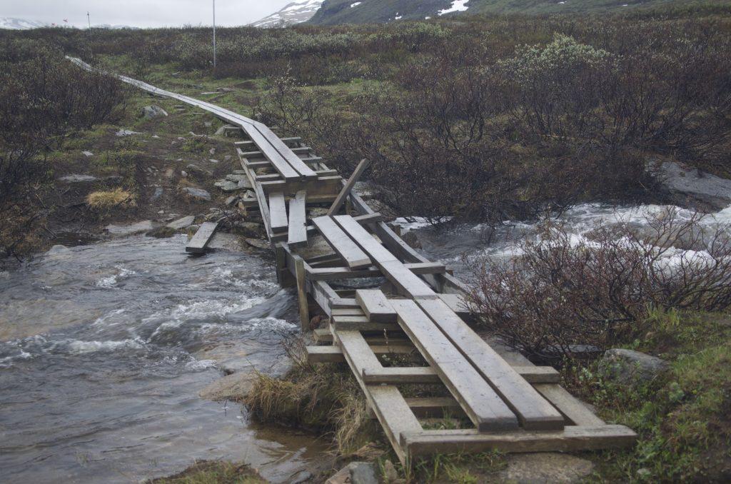 격류에 파손된 다리가 곳곳에 있다. 이런 다리를 건너나 물에 빠진다고 상상하는 것만으로 아찔하다. 비가 오면 이런 나무길은 굉장히 미끄럽다. 거듭 조심해야한다.