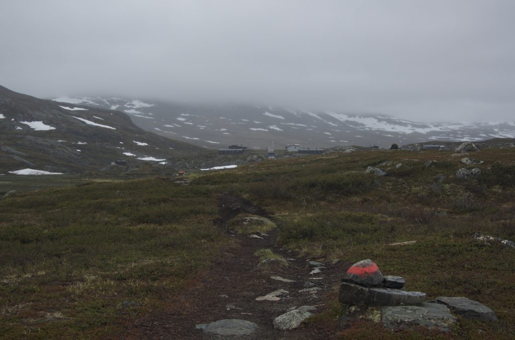 Alesjaure STF Hut은 호수가 끝난 지점의 높은 곳에 위치하고 있었다.