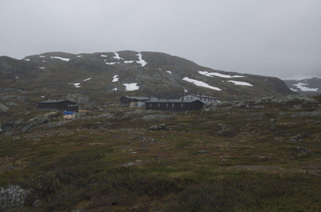 Alesjaure STF Hut은 돌이 많은 지대에 위치하고 있다.