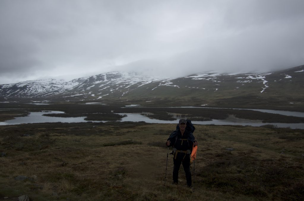 아까 개울에서 다시 만났던 스코틀랜드 여성 여행객들과 다시 만났고 그들은 내 DSLR로 내 사진을 찍어주었다. 이번 여행 중 거의 유일한 전신샷이다.