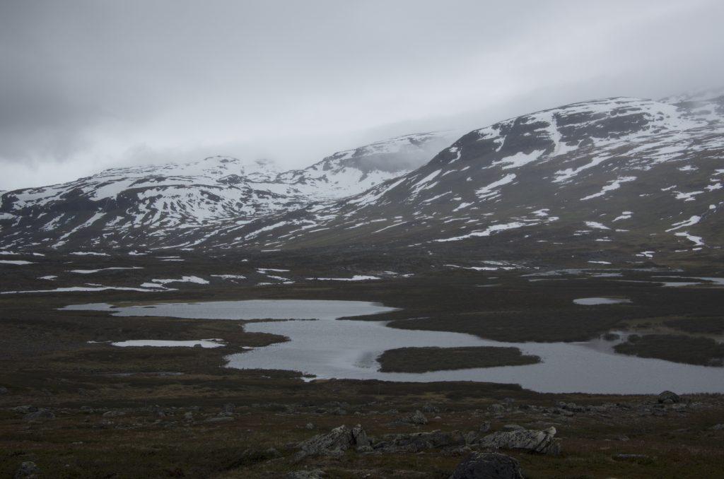 걷는 방향은 남쪽을 향하고 있고, 날짜도 6월 하순을 향해가는데 풍경은 점점 더 겨울 풍경으로 변해간다.