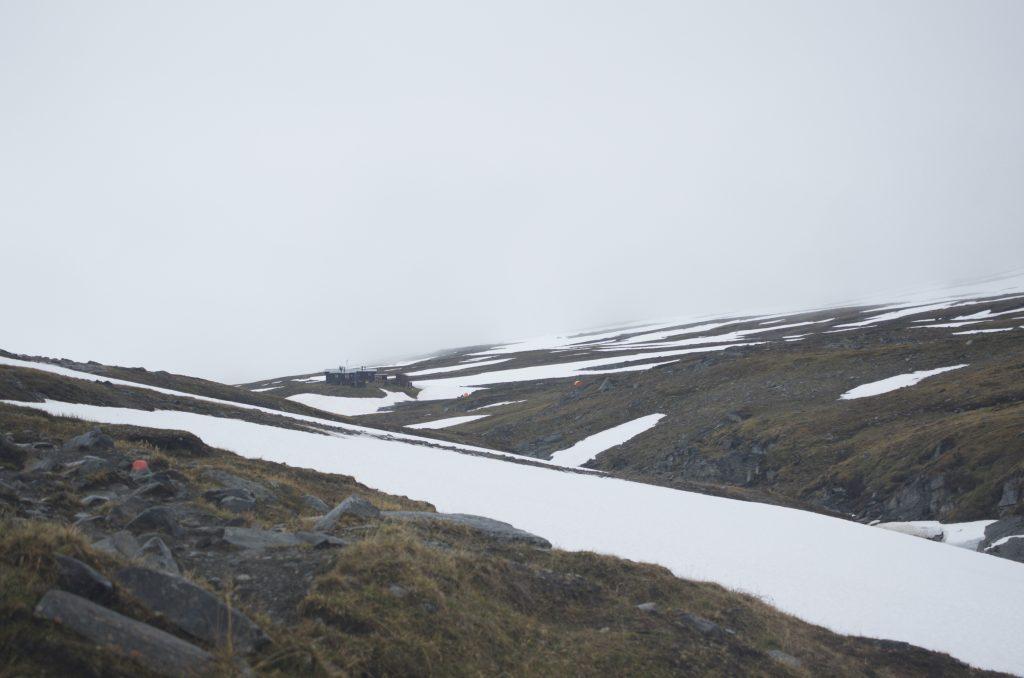저 멀리 Tjäktja STF Hut이 보인다. 길을 걷다가 저렇게 건물이 나오면 무척 반갑고 기운이 난다. 하지만 저 거리는 보기보다 멀다.