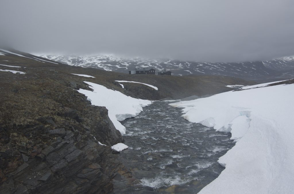 철제 다리를 건너는 중이다. 느낌이 완전 겨울이다.