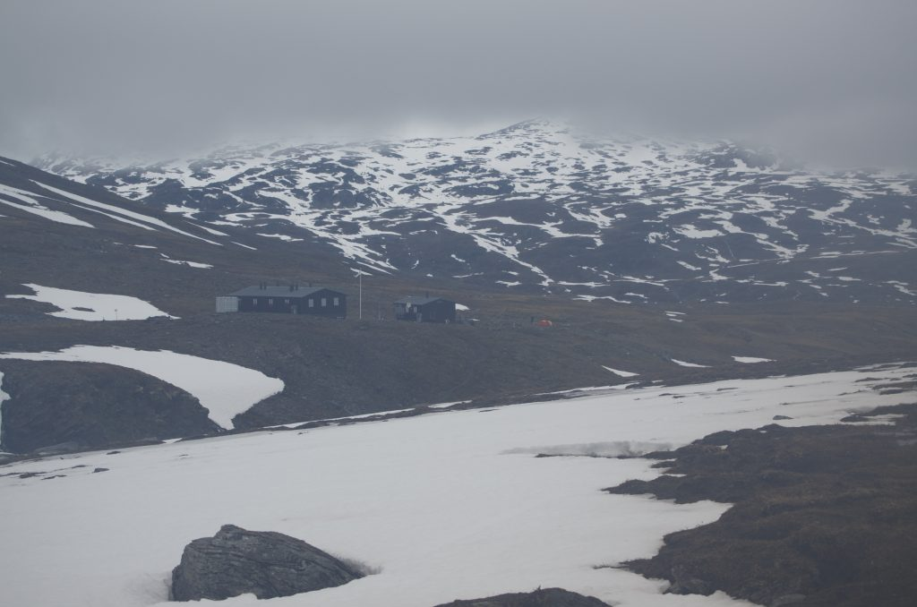 철제 다리를 건너 다시 Tjäktja STF Hut을 돌아본다.