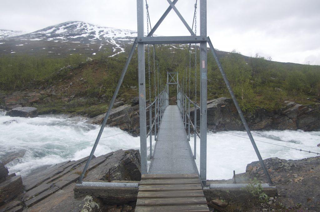 Kungsleden에서 흔한 철제다리 건너기.