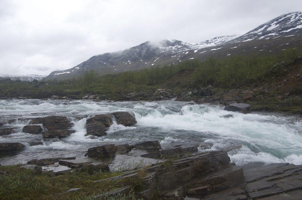 다리를 건너 물을 따라 계속 올라간다.