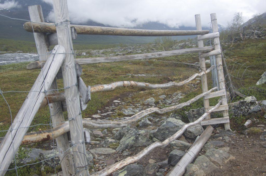 동물의 출입을 막기 위한 철조망이 있는데 이 나무문을 열고 통과하여 가야한다. 통과 후에는 문을 다시 닫아놓아야한다.