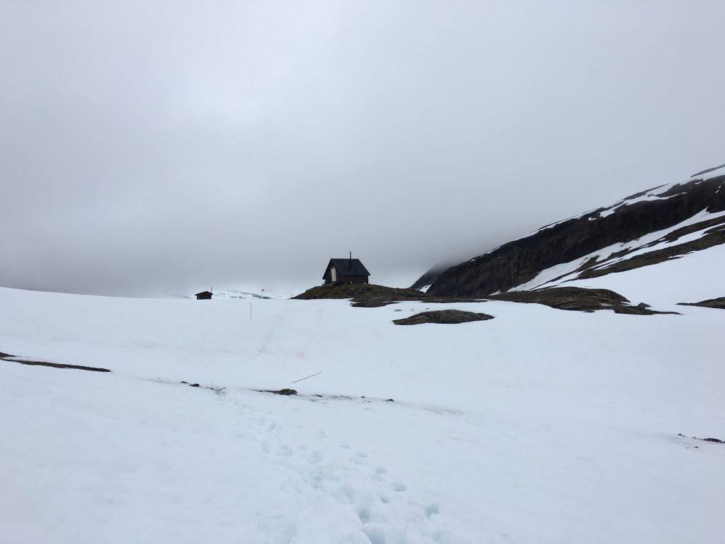 언덕 정상에 오두막이 보인다. 저기는 힘든 여행객들이 쉬고 음식을 해먹을 수 있는 천국과 같은 곳이다.