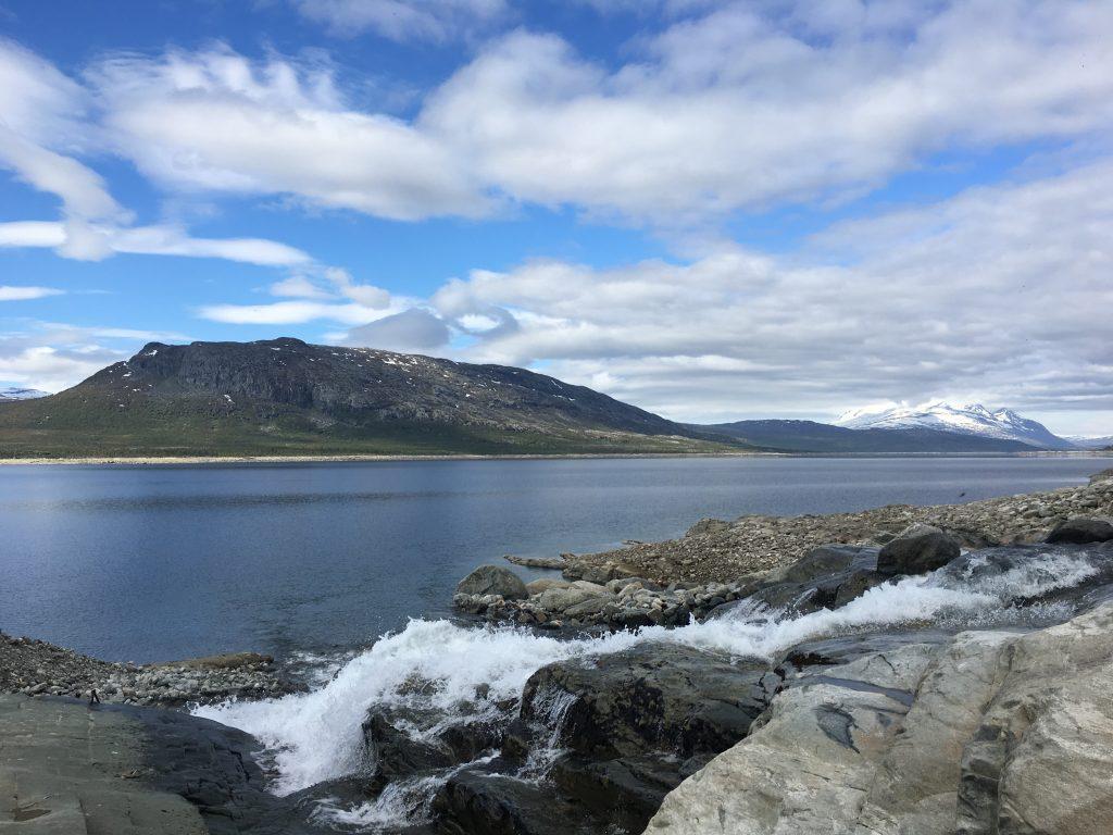 산에서부터 내려온 물은 이렇게 강으로 흘러들어간다.