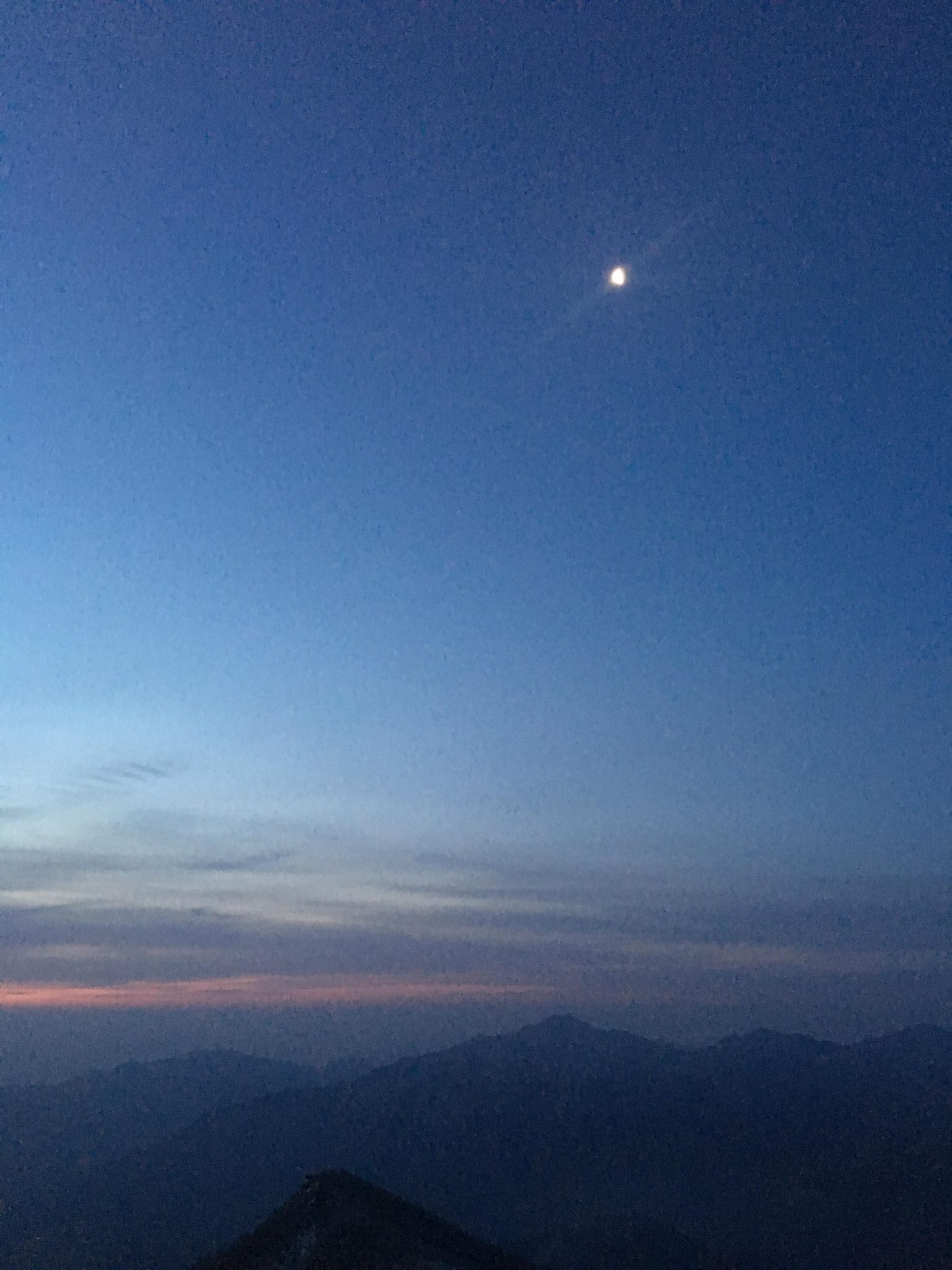 별은 볼 수 없었지만, 아직 달은 중천에서 비치고 있었다.