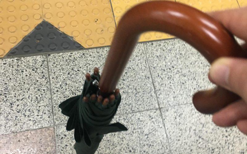 유일하게 우산을 들고 있는 나