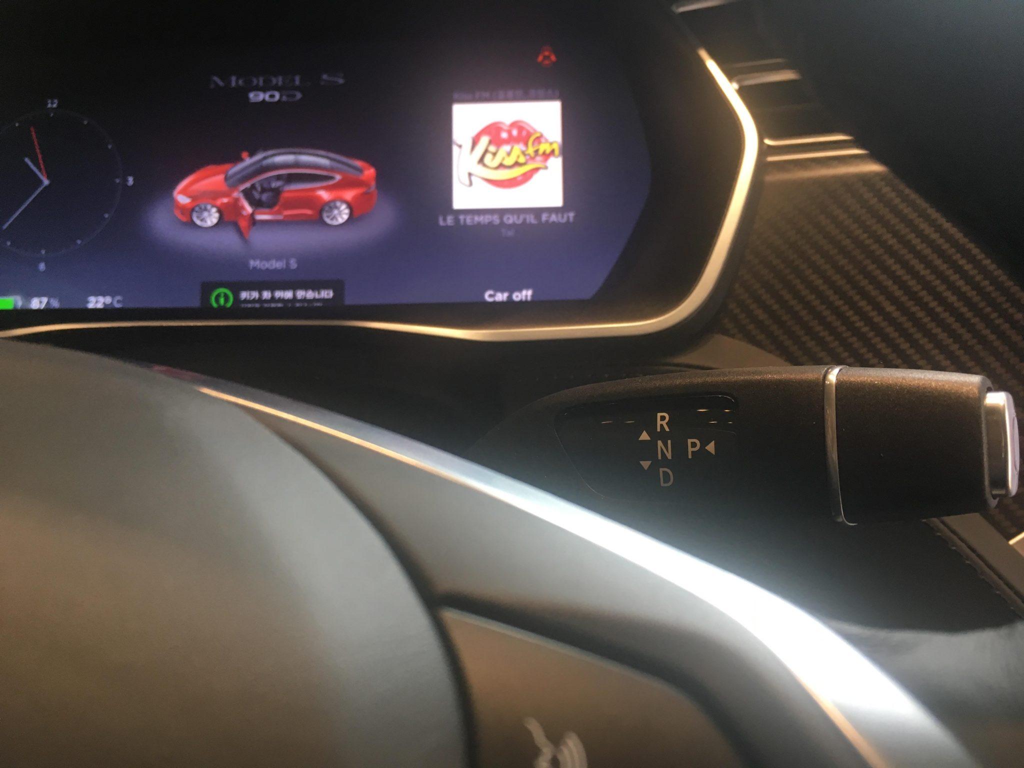 테슬라 모델 S 기어는 핸들 오른쪽