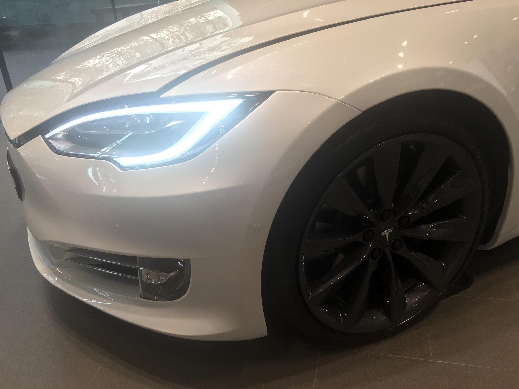 테슬라 모델 S 앞 측면