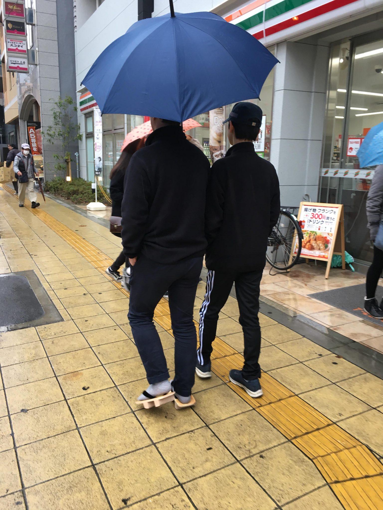 오사카 비오는 아침 나막신
