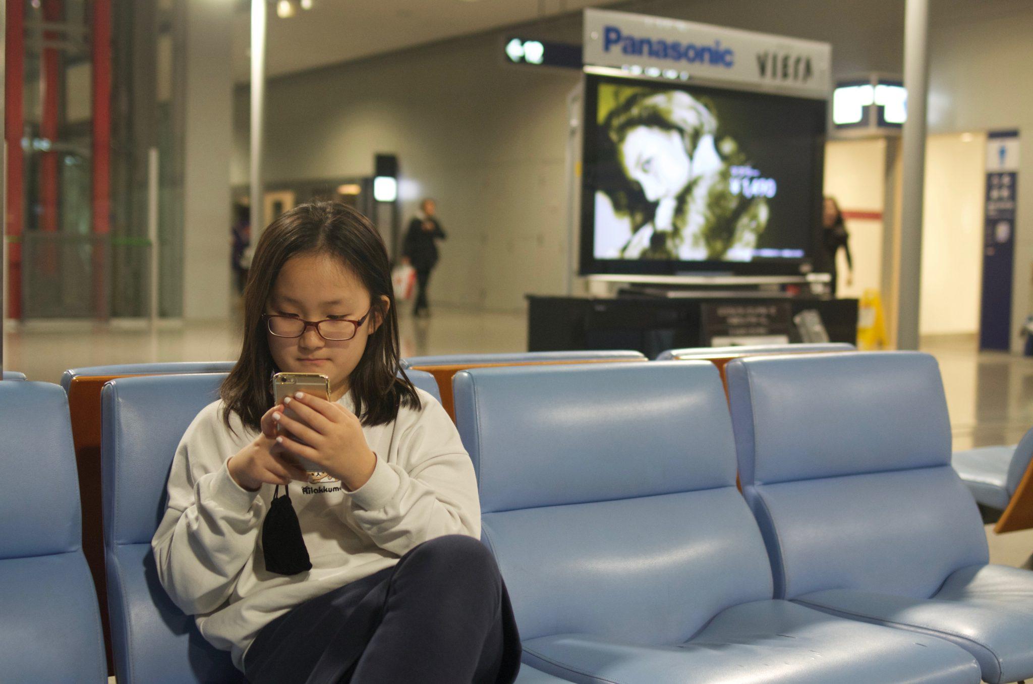 간사이 공항 로비에서 스마트폰 삼매경
